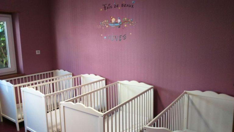 Lits de bébé dans chambre violet