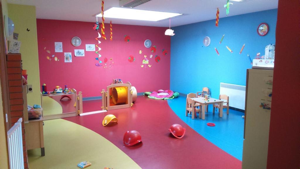 Des jouets pour enfant dans une pièce colorée