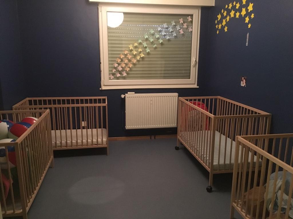 Lits bébé dans une chambre bleu