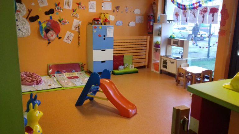 Pièce avec toboggan tapis de jeux et autres jouets