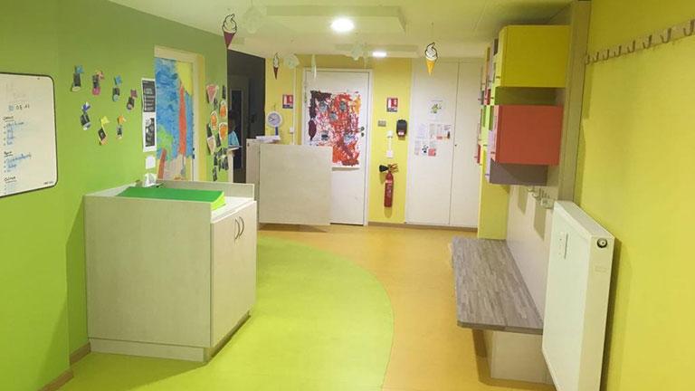 Table à langer avec banc et décoration pour enfants