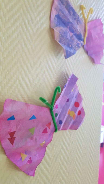 Dessin de papillons violets accrochés au mur