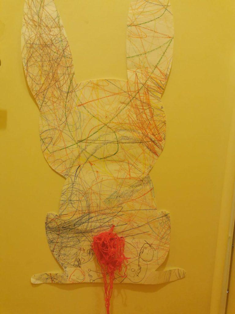 L'arrière d'un lapin avec des gribouillis en couleur
