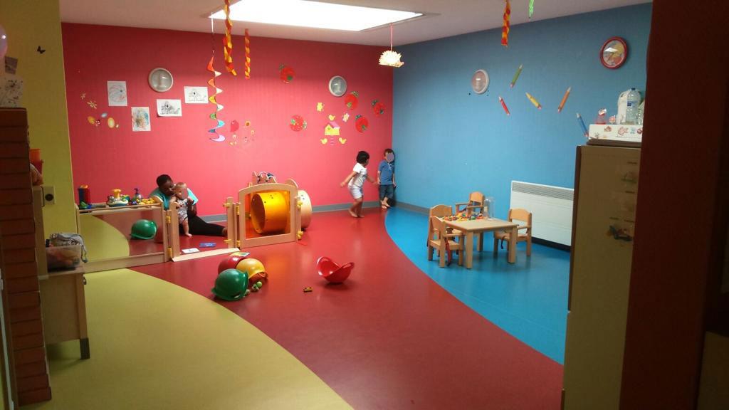 Micro crèche le Jardin d'Isis salle de jeux avec enfants et accompagnateur