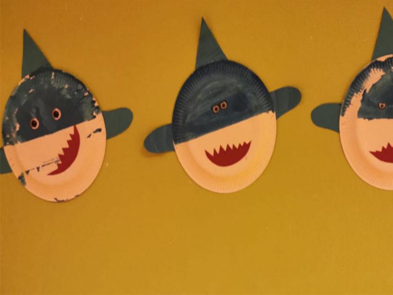 Trois requins fabriques avec des assiettes en plastique