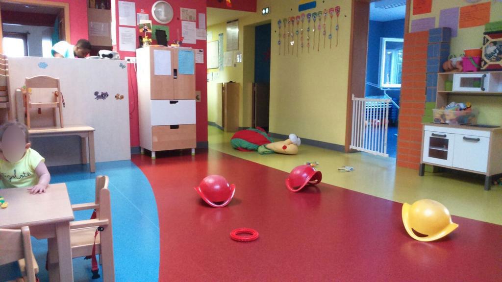 Un enfant dans une pièce avec des jouets