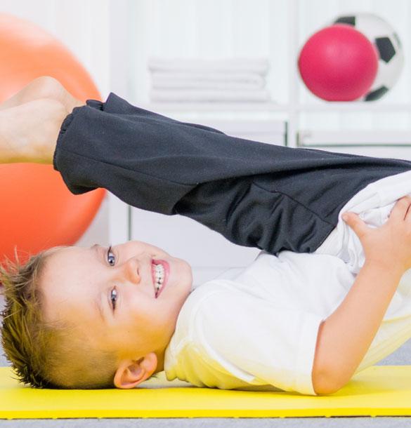 Un enfant fait de la gymnastique