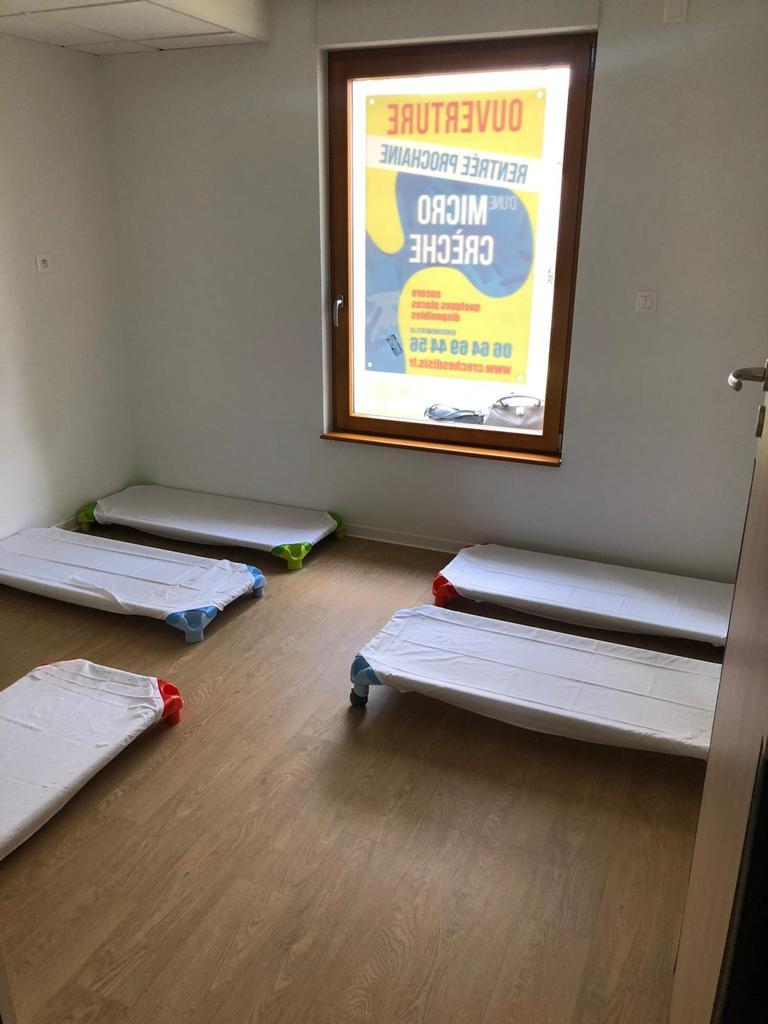 Chambre avec des couchettes maternelles